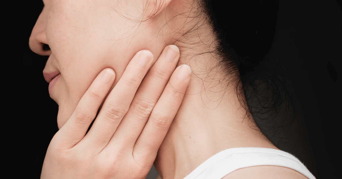 Почему опухла нижняя губа и что делать? | 630x1200