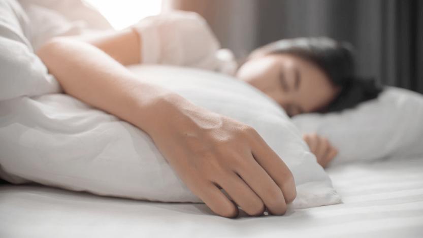 Почему немеют кисти рук: неудобное положение во сне