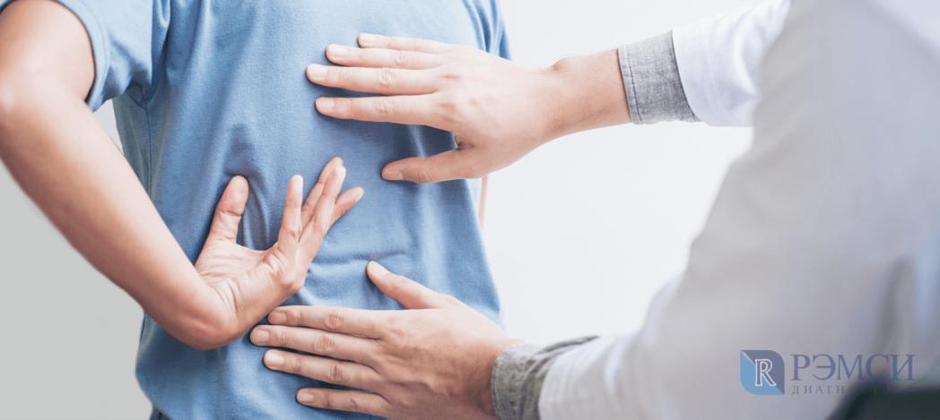 Если у вас болит поясница, врач первым делом проведёт осмотр спины и позвоночного столба
