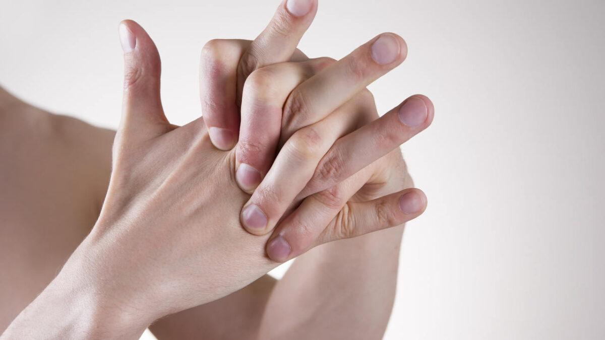Почему хрустят суставы пальцев